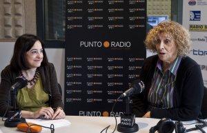 La periodista Angélica Tanarro y la escritora Elena Santiago, ayer en Punto Radio. :: MIGUEL ÁNGEL SANTOS